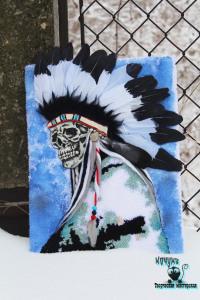 Индеец. Нетканый гобелен в смешанной технике. Работа объемная, выполнена с использованием моделирующей пасты DAS, натуральных перьев гуся и голубя, шерсти. Размер с учетом пперьев 31*46 см.