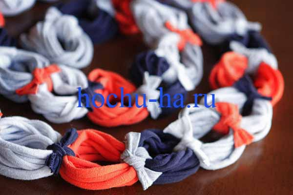 Понадобятся: - футболки - ножницы.  Ещё одна интерпретация оригинального шарфа из футболок.