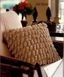 вязанная подушка